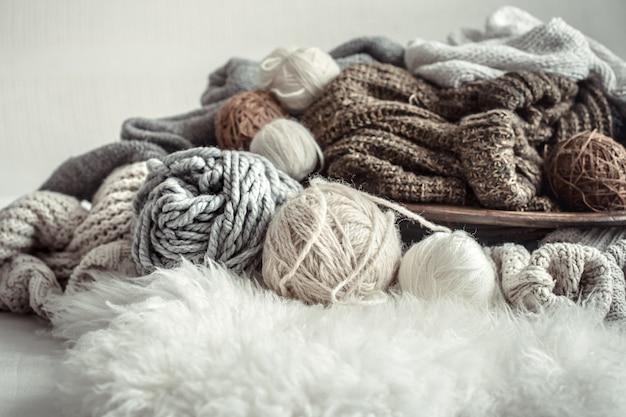 Natureza morta com uma variedade aconchegante de fios para tricô.