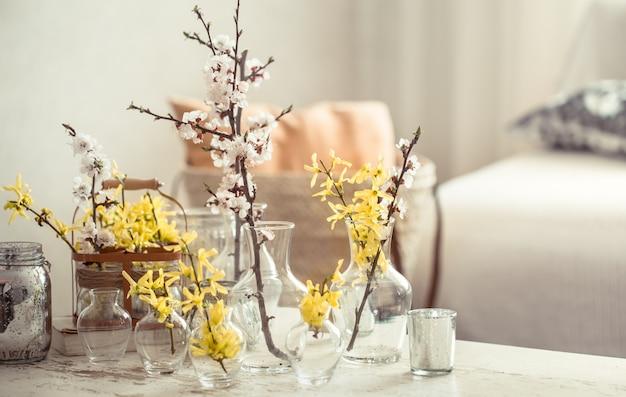 Natureza morta com vasos com flores da primavera na sala de estar
