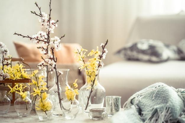 Natureza morta com vasos com flores da primavera na sala