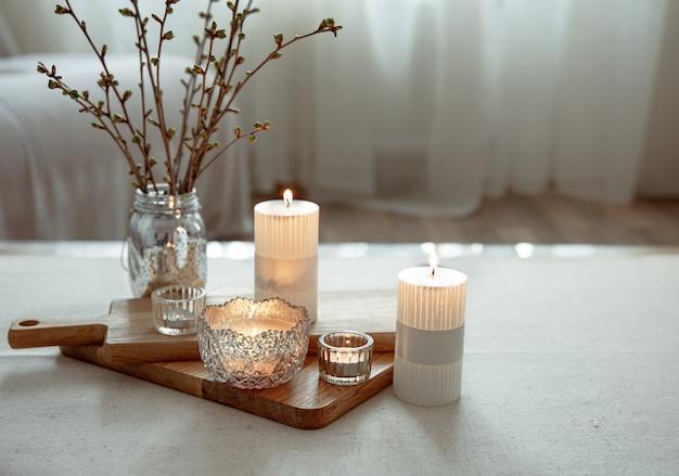 Natureza morta com velas acesas como detalhes de decoração para casa.