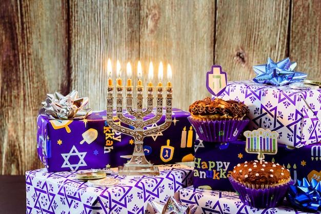 Natureza morta composta de elementos do festival judaico de chanucá hanukkah.