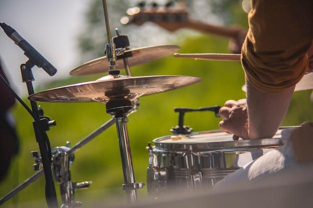 Natureza morta das mãos de um baterista tocando bateria ao vivo em um show
