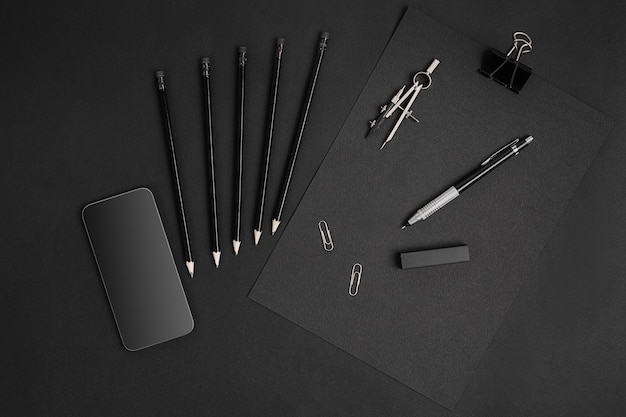 Natureza morta de black branding com smart na mesa