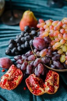 Natureza morta de frutas de outono na mesa
