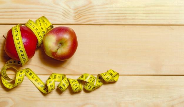 Natureza morta de maçãs e fita centimétrica