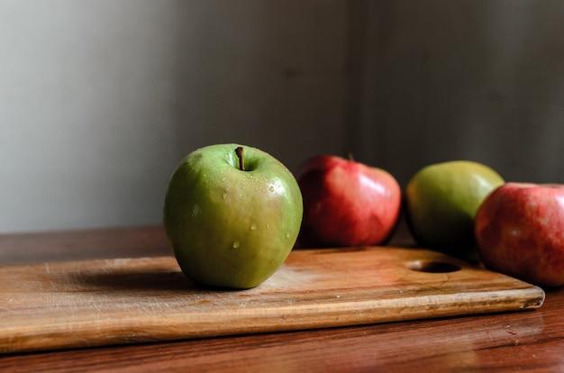 Natureza morta de maçãs em uma mesa
