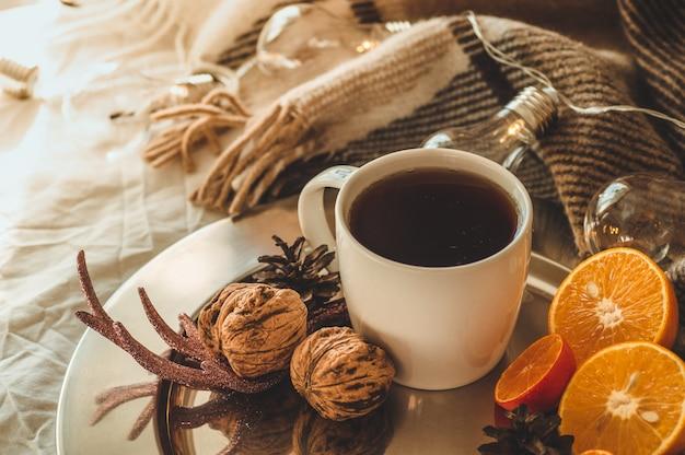 Natureza morta de natal com xícara de chá e com laranja