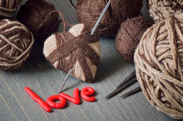 Natureza morta de novelos de lã e a palavra amor
