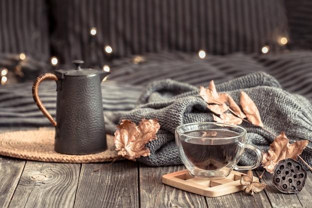 Natureza morta de outono aconchegante com uma xícara de chá