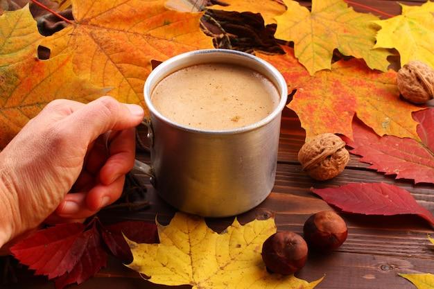 Natureza morta de outono com uma xícara de cappuccino