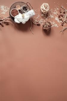 Natureza morta de spa com flor de orquídea, esfoliação corporal natural e elementos decorativos lay flat.