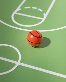 Natureza morta em quadra de basquete minimalista