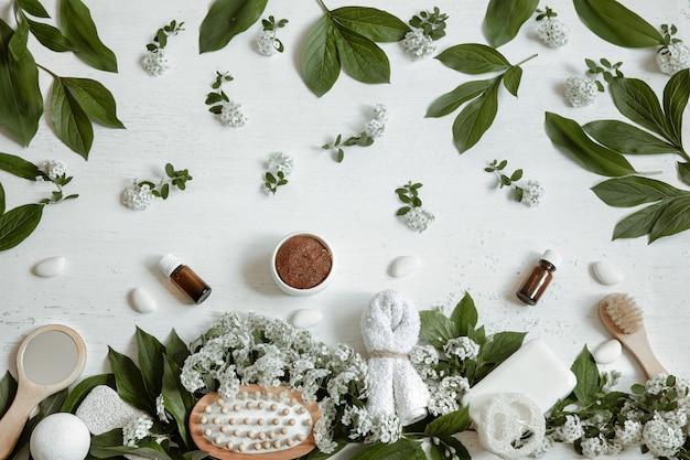 Natureza morta spa com acessórios de banho, produtos de saúde e beleza com flores frescas