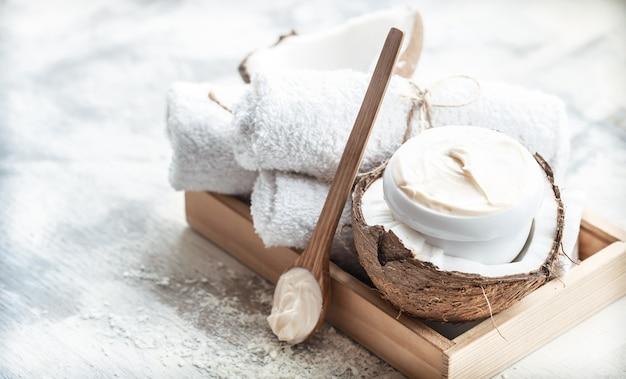 Natureza morta spa com coco fresco e produtos para o corpo