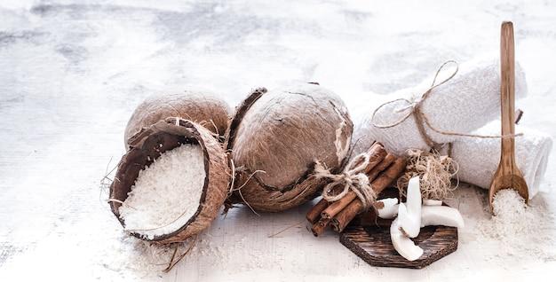 Natureza morta spa de cosméticos orgânicos com cocos em um fundo claro de madeira, conceito de cuidado corporal