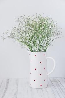 Natureza morta um vaso de flores em um fundo claro