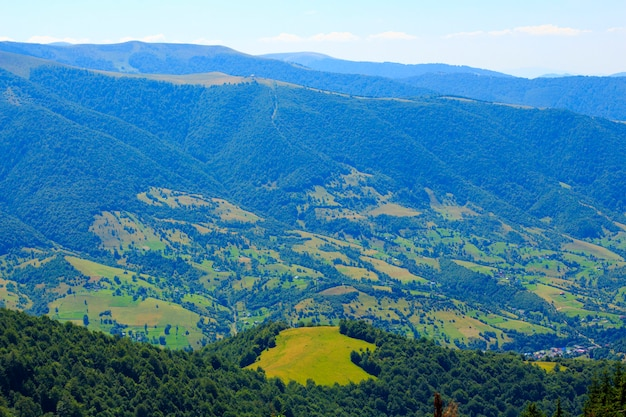 Natureza nas montanhas, belas paisagens, belas paisagens montanhosas, as montanhas dos cárpatos, uma aldeia nas montanhas.