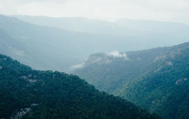Natureza paisagem montanhas altura liberdade viagens. foto de alta qualidade