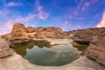 Natureza Paisagem vista de dunas de areia e campo de rock com reflexo da água no grand canyon