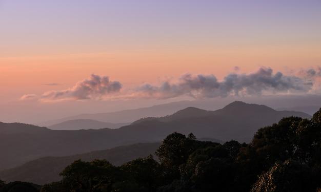 Natureza paisagem vista do nascer do sol com cadeias de montanhas
