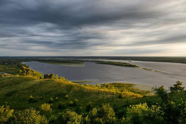 Natureza russa bonita ao amanhecer, foz do rio, céu dramático. river volga