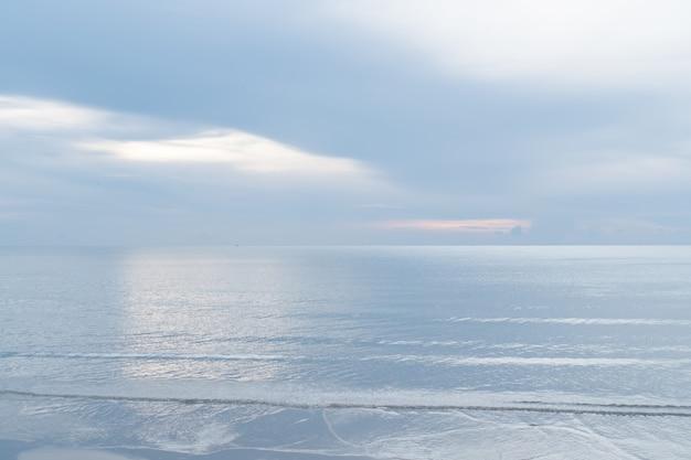 Natureza tropical limpa praia e areia branca na temporada de verão com fundo de céu azul claro de sol.