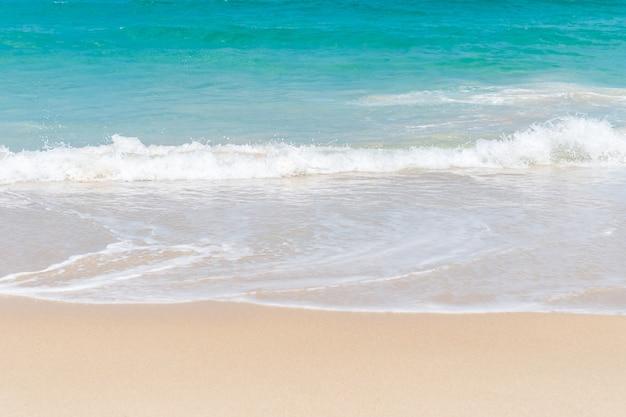Natureza tropical limpa praia e areia branca no verão com o céu azul claro de sol e bokeh.