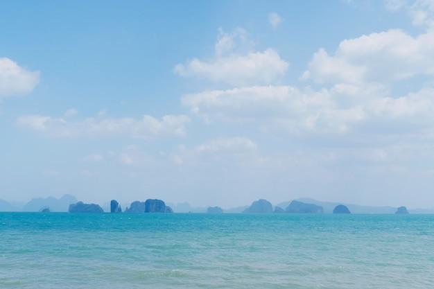 Natureza tropical limpa praia no verão e céu azul.