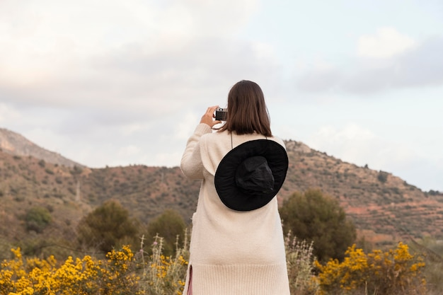 Natureza wanderlust com bela mulher viajante
