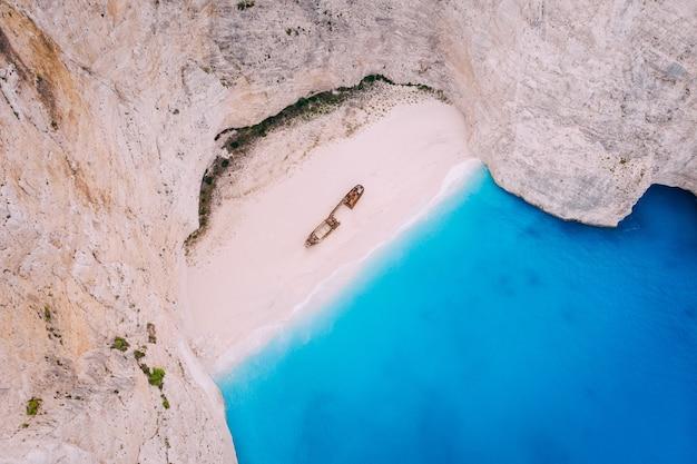 Navagio bay shipwreck beach sem pessoas, vista de cima para baixo, grécia, zakynthos