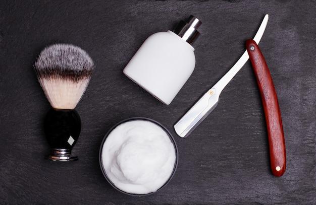 Navalha, pincel, perfume, bálsamo e espuma de barbear
