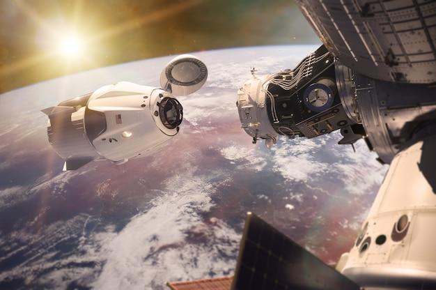 Nave espacial de carga em órbita lowearth com luz solar