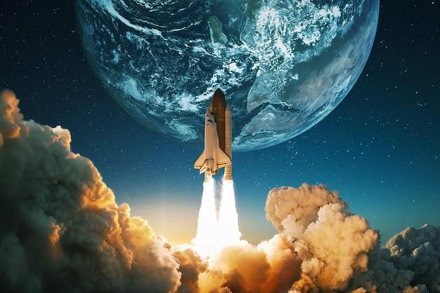 Nave espacial decola para o céu Foto Premium
