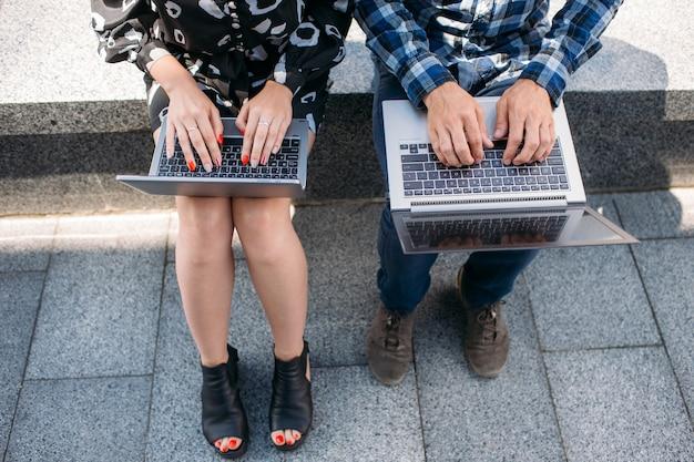 Navegação na internet por tecnologia informática. estudar educação online. conceito de navegação na web