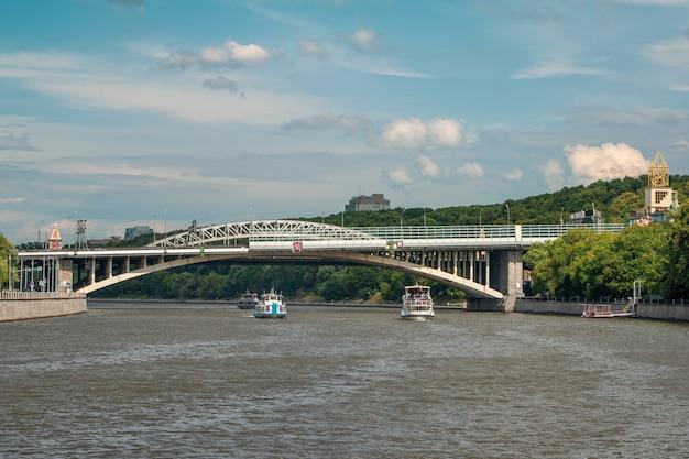 Navegação no rio moscou. belas vistas de moscou. ponte em arco sobre o rio moscou. rússia.