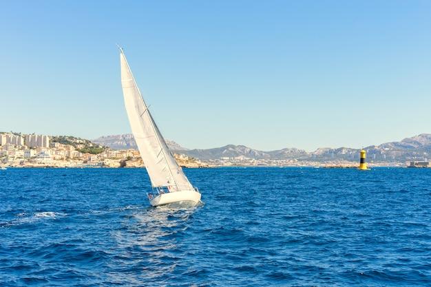 Navegando ao vento através das ondas no mar