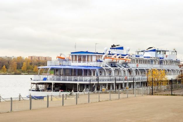 Navio a motor de passageiros na doca do rio