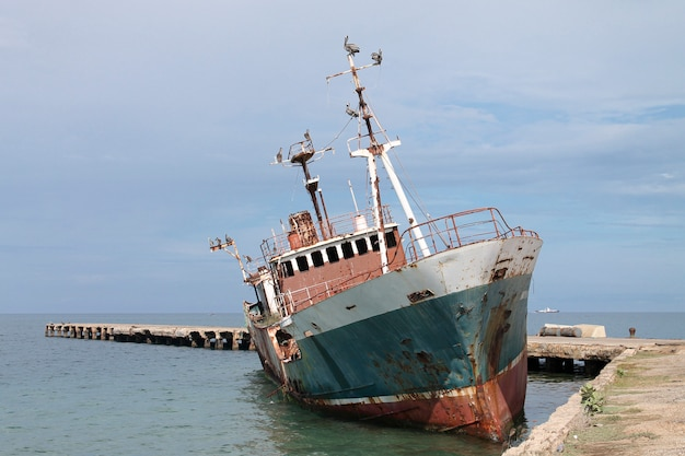 Navio abandonado nas águas do mar do caribe