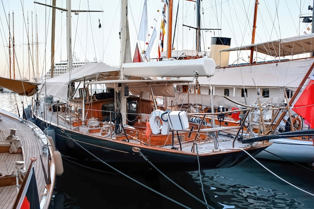 Navio ancorado clássico em mônaco