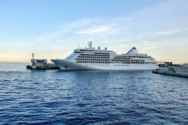 Navio atracado no porto de mônaco