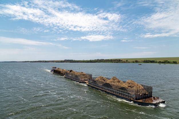 Navio carregando bagaço de cana
