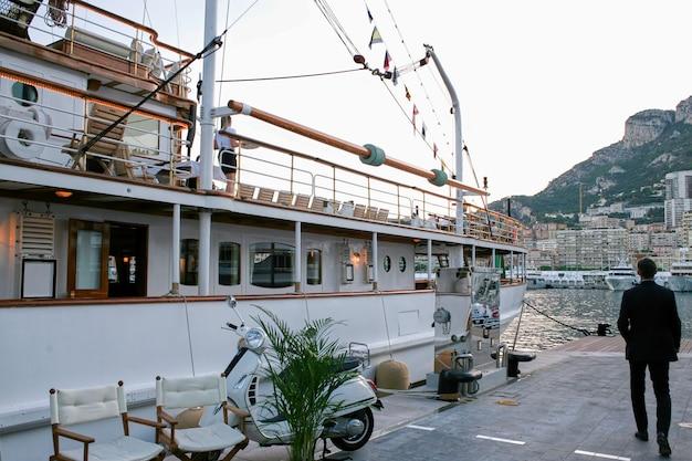 Navio clássico de duas camadas ancorado em mônaco