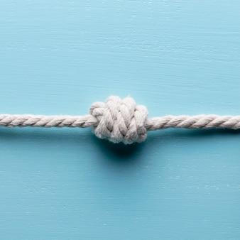 Navio cordas brancas com vista frontal do nó