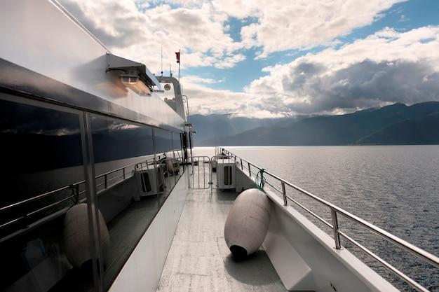 Navio cruzeiro, em, um, fjord, sognefjord, noruega