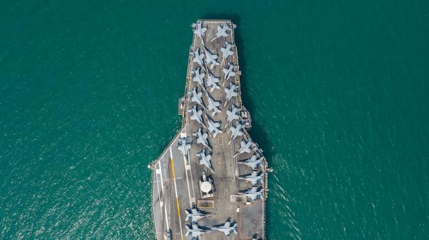 Navio de aviões nucleares da marinha, aviões de jato de lutador completos do carregamento do portador de navio da marinha, vista aérea.