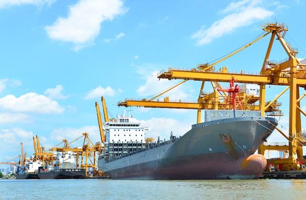 Navio de caminhão porta-contêineres no porto e frete de carga no transporte e logi comercial de importação e exportação
