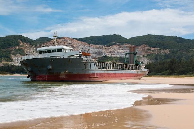 Navio de carga abandonado navegando na praia