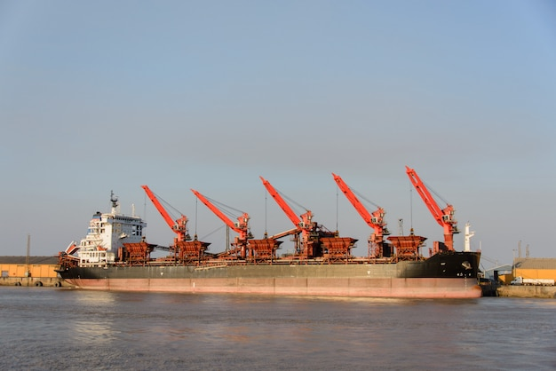 Navio de carga atracado no porto