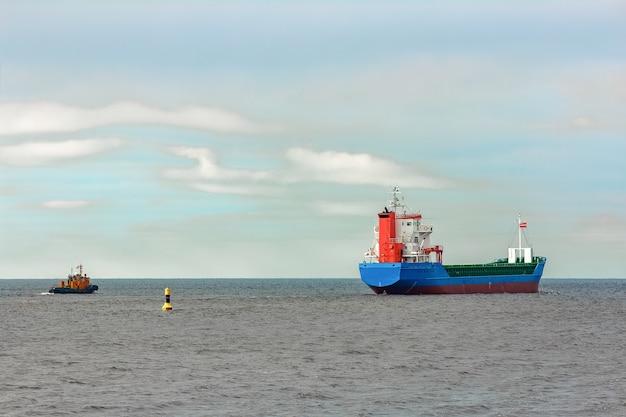 Navio de carga azul entrando no mar báltico. riga, europa