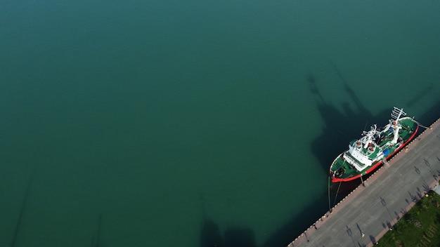 Navio de carga com vista aérea de contêineres